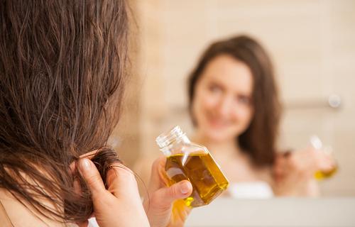 ¿Cómo se usa el aceite de oliva en el cabello?